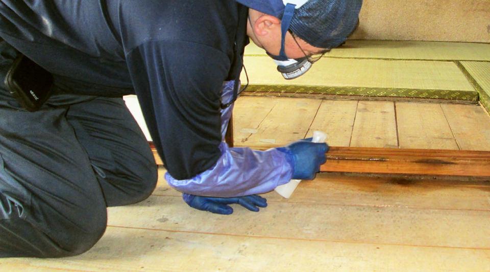 除菌消臭スプレーナノエイトを使用して除菌を行う遺品整理業社の仕事シーンです。