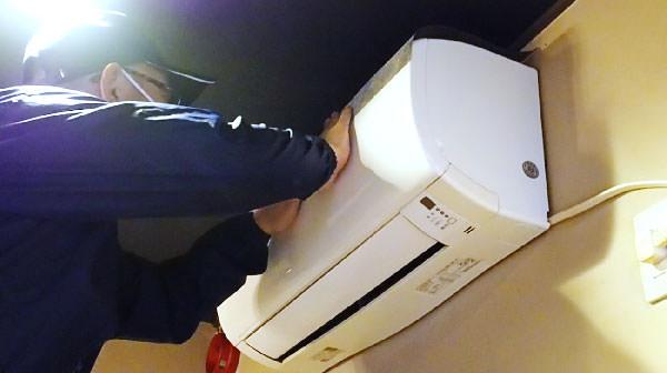 ナノエイトフィルターをエアコンの空気吸入口へ貼り付けます。付属の両面テープで簡単に設置できます。できる限り隙間ができないように丁寧に貼ってください。